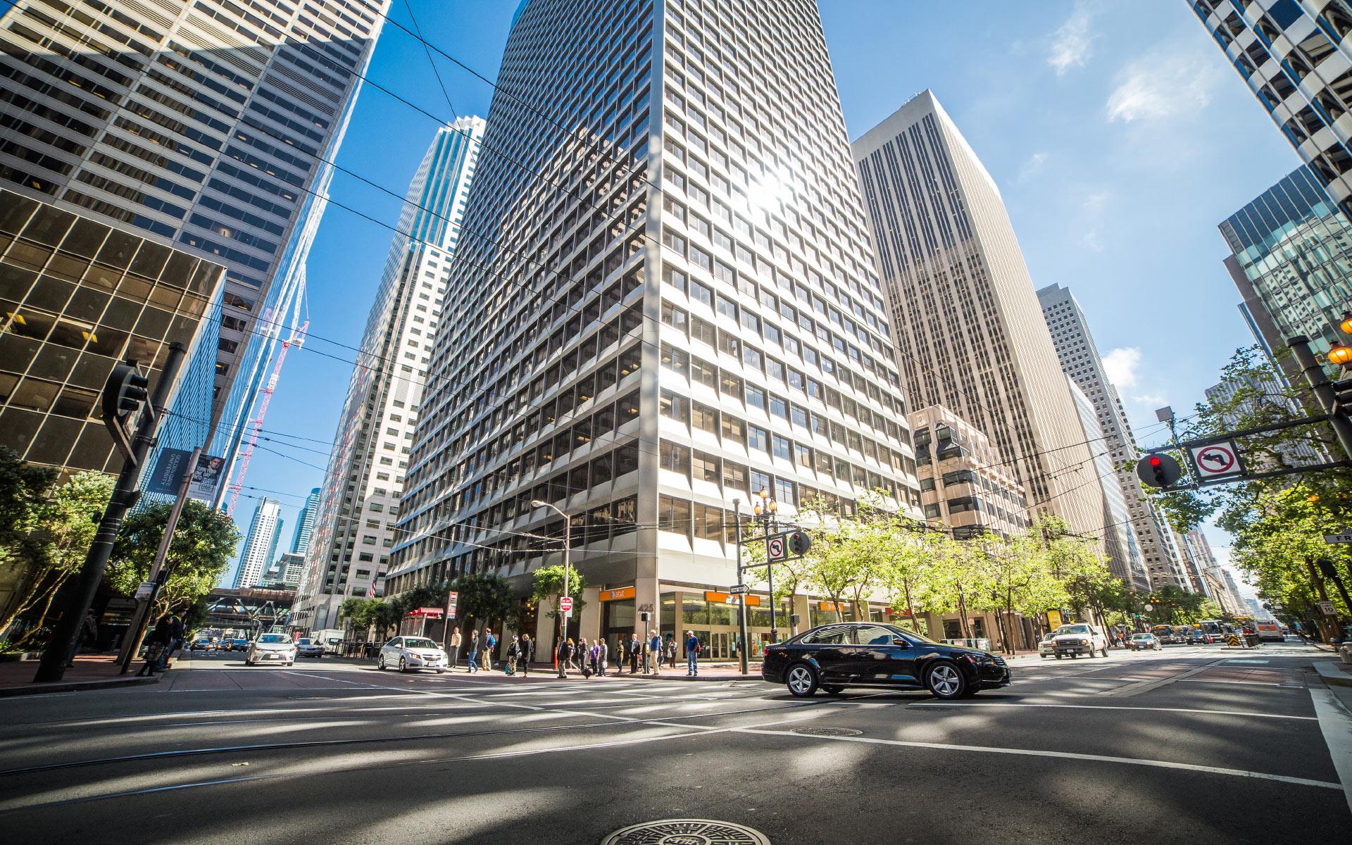 Straßenkreuzung mit Verkehr und Wolkenkratzern in New York